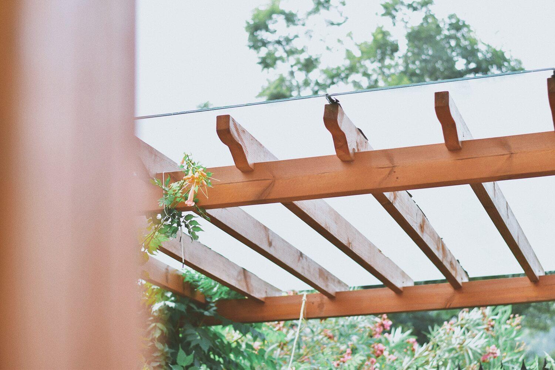 Waarom ook u deze zomer een houten veranda in de tuin wilt